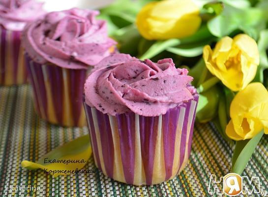 Черничные капкейки с творожно-ягодным кремом