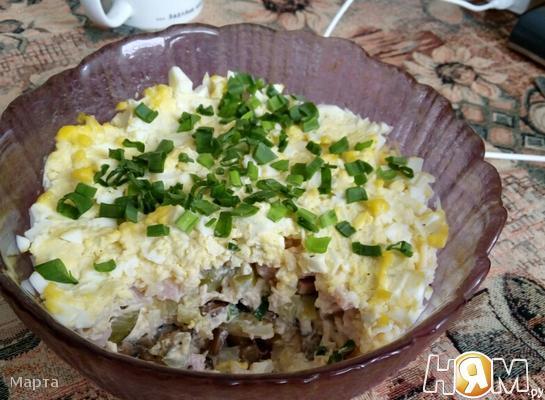 Слоеный салат с курицей, ветчиной и грибами