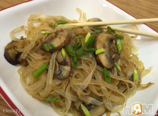 Рисовая лапша  с грибами по-тайски