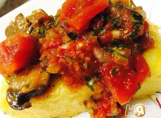 Полента под соусом из грибов и томатов