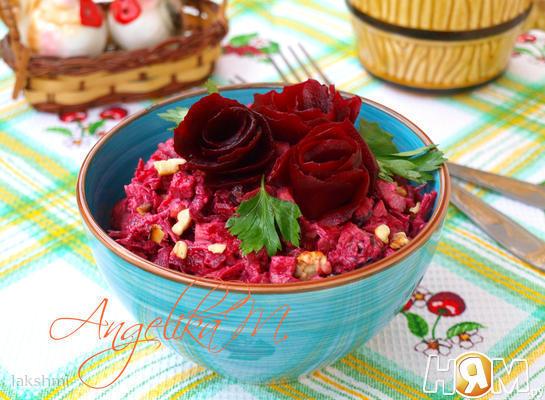 Рецепт Салат из свеклы с курицей и черносливом