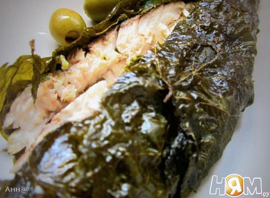 Рыба запечённая в виноградных листьях