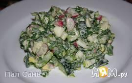 Пикантный зеленый салат с редисом