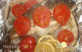 Карп, запеченный с овощами со сметанным соусом