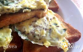 Яичница с зеленью и сыром на завтрак