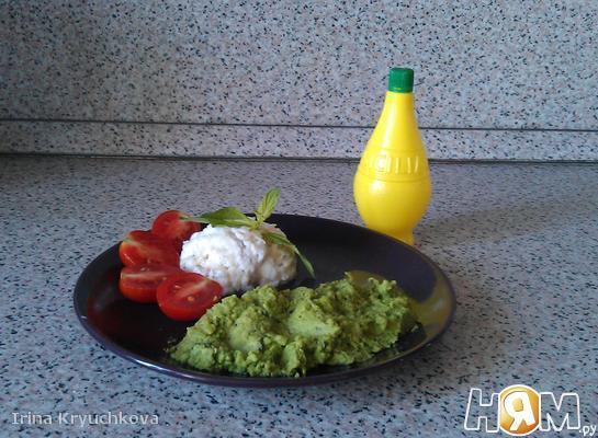 Рыбное филе с пюре из зелёного горошка и томатами