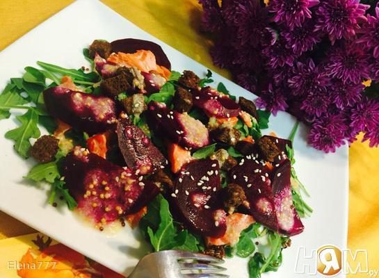 Салат из свеклы, киноа и копчёной форели