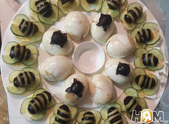 Фаршированные яйца Пчелки