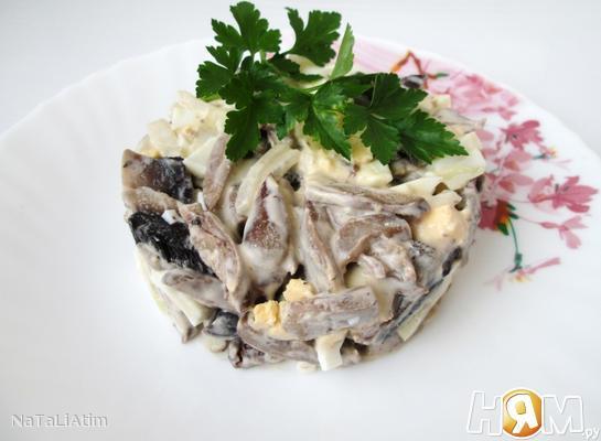 Salat_iz_kurinyh_serdechek_s_gribami