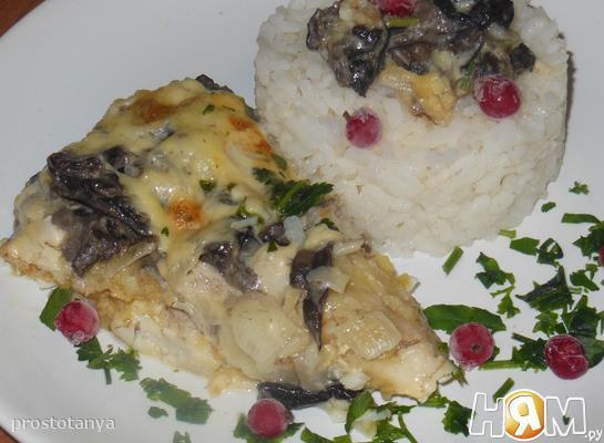 Судак с грибами и сметанным соусом