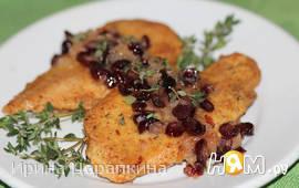 Жареные куриные грудки с соусом из сушеной клюквы