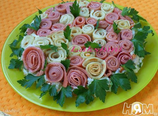 Salat_tsvetochnaya_polyana_s_blinami