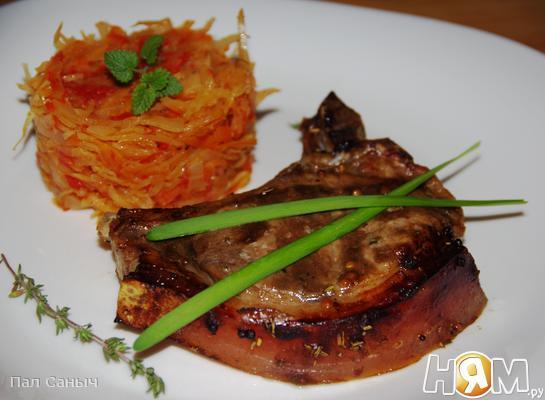Свиная корейка на косточке с тушеной капустой