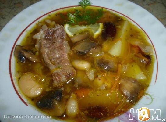 Фасолевый суп с грибами  и обжаренных ребрах