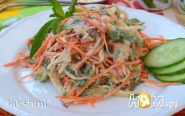 Салат с редисом, огурцами и свежей морковью