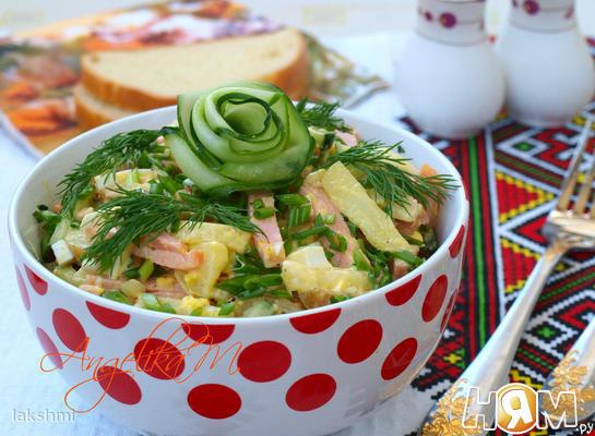 Салат с колбасой, картофелем и огурцом