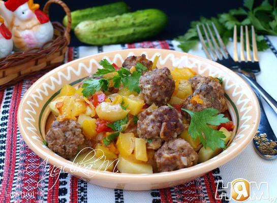 Мясные фрикадельки с овощным соусом