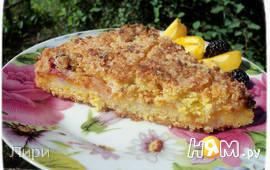 Песочный пирог с фруктами и белковой прослойкой.