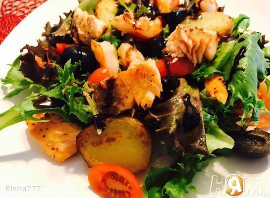 Тёплый салат с сёмгой, креветками и картофелем