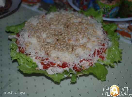 Салат с куриной грудкой и кедровыми орешками.