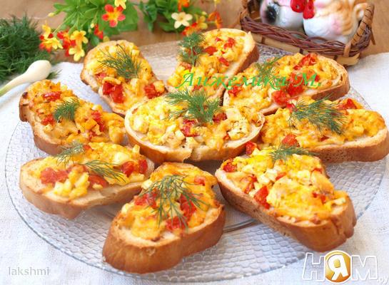 Goryachie_buterbrody_s_kuritsei_i_pomidorami