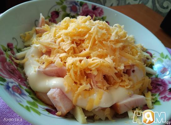 Салат с копченой курицей и помидором