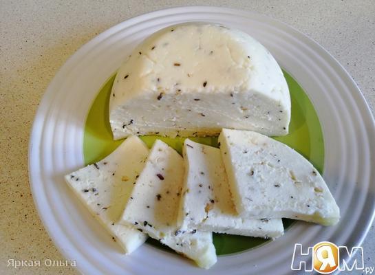 Диетический домашний сыр с фундуком и травами