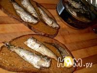 Приготовление бутербродов со шпротами: шаг 2