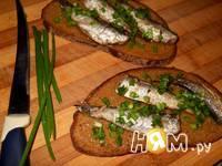 Приготовление бутербродов со шпротами: шаг 3