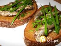 Приготовление бутербродов со шпротами: шаг 4