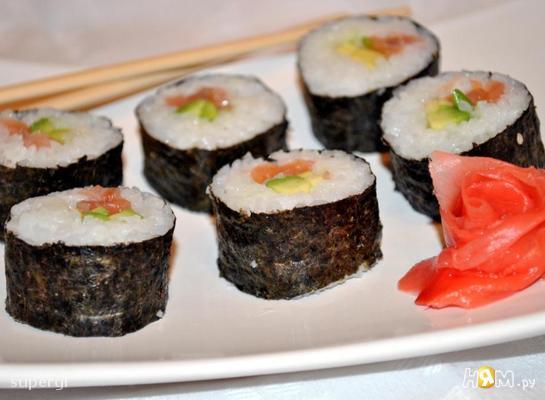 Маки суши с лососем и авокадо