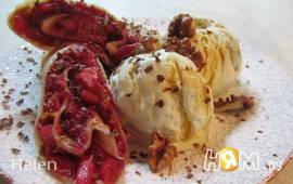 Блинчики с фруктовой начинкой и мороженым