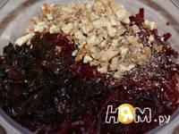 Приготовление салата из свеклы с орехами: шаг 5