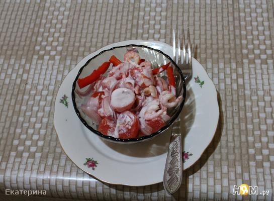 Красный креветочно-овощной салат