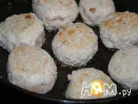 Приготовление куриных тефтелей в томатном соусе: шаг 2