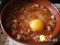 Приготовление яйца под сыром в томатной подливе: шаг 3
