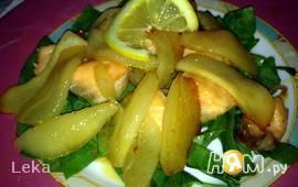 Теплый салат из семги, груши и щавеля