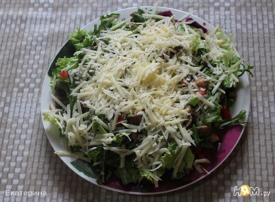 Салат из рукколы с грибами и томатами