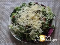 Приготовление салата из рукколы с грибами и томатами: шаг 7