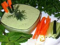 Приготовление соуса из феты с чесноком и зеленью: шаг 6