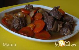 Говядина,жареная в соевом соусе на овощной подушке