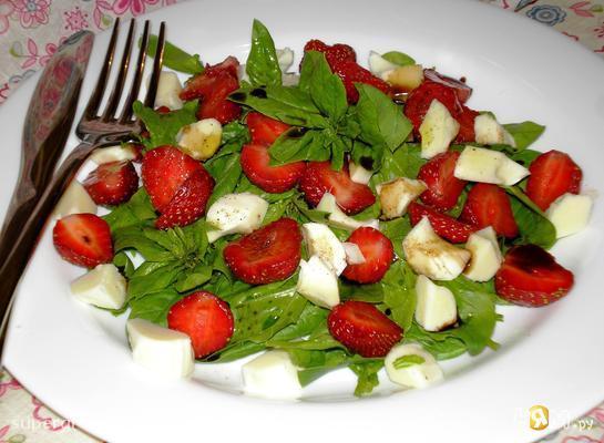 Салат из клубники со шпинатом