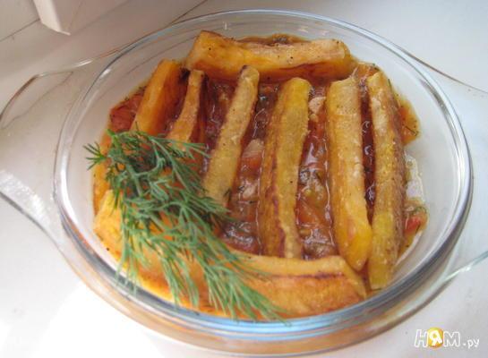 Жареные ломтики тыквы с томатным соусом