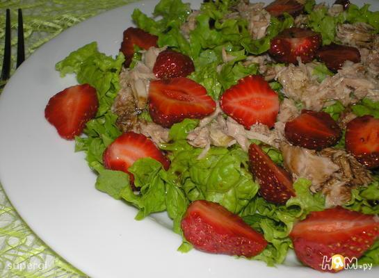 Салат с клубникой, тунцом и мятой