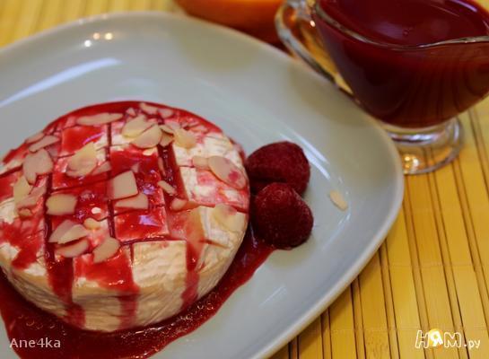 Запеченный сыр камамбер с малиновым соусом