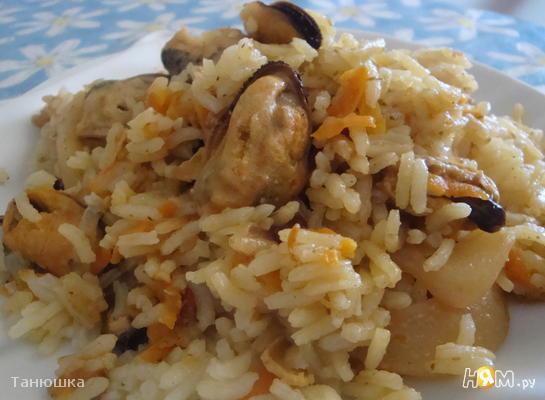 Плов с морепродуктами в сковороде