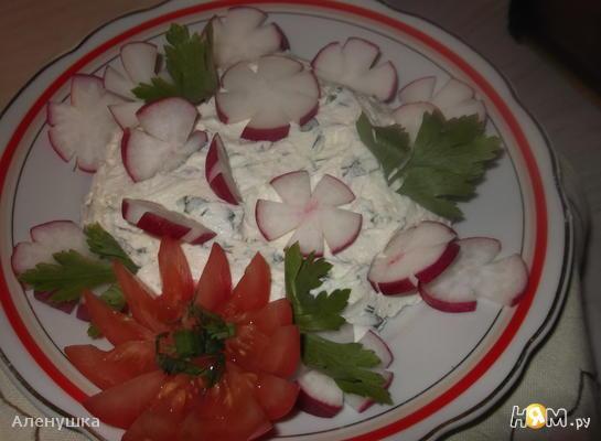 Салат из редиса с соленым творогом и зеленью