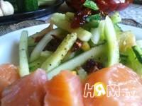 Приготовление салата из свежих огурцов с помидорами: шаг 8