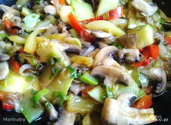 Кабачки с шампиньонами и овощами в Воке