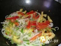 Приготовление кабачков с шампиньонами и овощами в Воке: шаг 6
